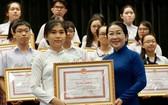 市委副書記武氏蓉向優秀生頒發獎狀。