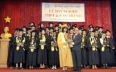 阮曰朗主席向畢業生頒發證書。