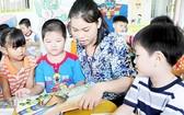 幼兒園老師給學生講故事。(圖源:梅海)