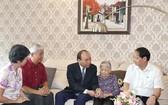 政府總理阮春福親往看望、慰問並祝願現年98歲的烈士母親武氏閒老大娘。(圖源:光孝)