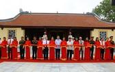 公安部長蘇霖(中)同與會代表出席阮平中將紀念館落成剪綵儀式。