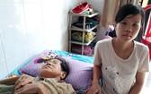 麥金鳳在家照顧患病的媽媽。