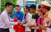 祥源公司副董事長黃敬樺給民眾贈送禮物。