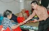 本報代表探望老人院向老人派發禮物。