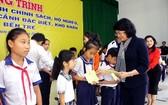 國家副主席、越南少兒輔助基金輔助委員會主任鄧氏玉盛向檳椥省巴椥和榕簪縣的貧困家庭學生贈送禮物。(圖源:成立)