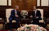 國家主席陳大光(右)接見英國大使加雷思‧沃德。(圖源:VOV)