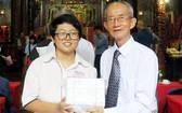 常務副理事長陳健智向鄭秀櫻頒獎。