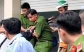 警方成功控制歹徒並將其押送至公安派出所。(圖源:黎齋)