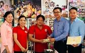 順航公司領導向故鄉人道中心代表轉 交善款。