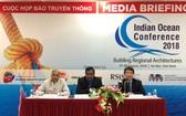 外交學院院長阮武松(右一)在新聞發佈會上發言。(圖源:海燕)