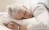 長者摟個抱枕睡得香。(示意圖源:互聯網)
