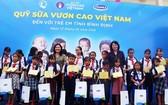 國家副主席鄧氏玉盛向平定省洪水區的學生贈送禮物和奶品。