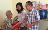 本報編委兼編輯部主任范興及工會 副主席陳月寶向玉光精舍老人贈送禮物。