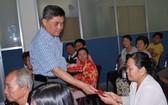 梁栢滔先生向病人發放贊助金。