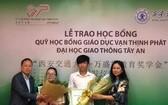 萬盛發集團領導向本次獎學金獲得者頒發獎學金。