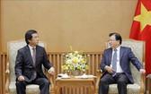 政府副總理鄭廷勇(右)接見日本海洋專責部長、越日友好議員聯盟辦公廳主任福井照。(圖源:越通社)