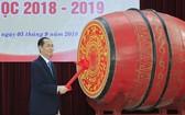 國家主席陳大光在河內朱文安高中學校擊鼓開學。(圖源:顏創)