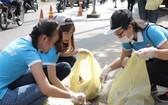 青年們在清理街區的垃圾。