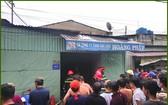 眾人圍著看消防隊員們勇進失火的化工原料倉裡進行滅火。(圖源:Tin Tin)