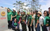 市越南祖國陣線委員會工作團參觀越南-老撾-柬埔寨印支3國接壤邊界的界碑。