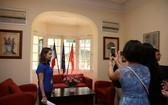 民眾在參觀拍照法國駐河內大使館室內所收藏的珍貴藝術品。(圖源:吳絨)