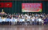 該會館理事和貴賓與獲獎助學金的大學生合照留念。