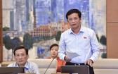 國會秘書長、國會辦公廳主任阮幸福在會議上闡述呈文。(圖源:越通社)