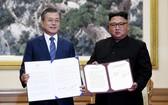 韓總統文在寅與朝國務委員會委員長金正恩在平壤簽署《平壤共同宣言》。 (圖源:AP)