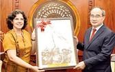 古巴駐越南大使利亞尼斯‧托里斯‧里韋拉(左)向市委書記阮善仁贈送紀念品。(圖源:越勇)