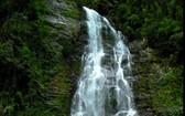 溪琴瀑布猶如一塊蜿蜒飄下的絲帶。