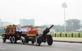 護送國家主席陳大光靈柩返回寧平省家鄉。(圖源:越通社)