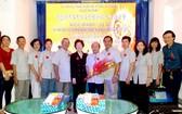 劉金華主席(左六)向新屆執委成員送花祝賀。
