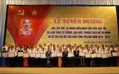 安沛省人委會向在學習與傚法胡伯伯榜樣運動中具代表性的60集體與128名黨支書頒贈紀念章及獎狀。(圖源:越通社)