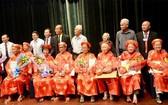 組委會為在本市28位80歲的長者祝壽送禮。(圖源:市黨部新聞網)
