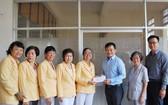 萬盛發集團代表向長青文藝俱樂部執委會贈送經費。