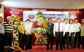 張明嬌副主席(左五)送花籃祝賀企業。