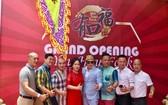 越南藝人越香(左四)與該酒樓的領導及管理人員合照。