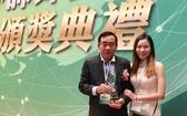 周智勤老師與女兒喜迎華文教學獎。