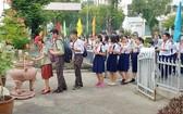 交流會開始之前,組委會讓各中學生在原總書記陳富塑像前上香緬懷。