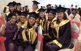 華人女企業家龐美玲與畢業學員合照。