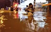 水淹的原因包括潮汛、地面沉降和地基低於海平面等因素。