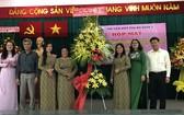 第五郡郡委、人委會及越南祖國陣線委會給婦聯會贈送花籃祝賀。