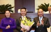 阮春福總理和國會主席阮氏金銀祝賀阮孟雄同志。(圖源:黎堅)