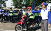青年參加安全駕駛比賽。