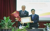 文體與旅遊部長阮玉善(右)向世界高爾夫球的傳奇式人物葛列格‧諾曼頒授2018-2021年任期越南旅遊大使委任書。(圖源:越通社)