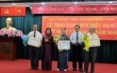 市委宣教處主任申氏舒(左二)向老前輩黨員頒授50年黨齡紀念章。