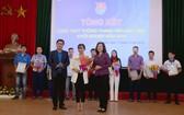 北寧省省委副書記陶紅蘭(前右)向得獎者頒贈獎狀並送鮮花祝賀。(圖源:范進)