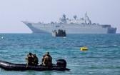 澳洲海軍兩棲攻擊艦阿德萊德號(後)抵達莫爾茲比港。(圖源:互聯網)
