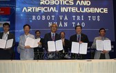 市高新技術園區管委會與若干國內外合作夥伴簽訂有關機器人與人工智能技術聯合發展備忘錄。(圖源:越通社)