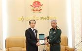國防部副部長阮志詠上將(右)向中國駐越南特命全權大使熊波贈送紀念品。(圖源:海軍)